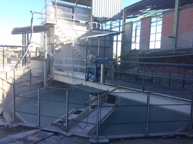 Tratamiento de residuos y el cuidado del medio ambiente: Se instala una balsa decantadora de lodos con filtro prensa para tratamiento de residuos y un molino triturador para reciclado de materiales, gracias a lo cual, estamos orgullosos de afirmar que hoy Bedyfa está a la vanguardia de la fabricación de pavimentos de terrazo aunando la mejora y el cuidado del medio ambiente.